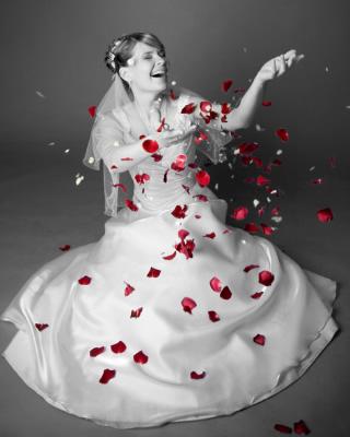 Отлично.  Красные лепестки роз из свежих роз - 1000 штук.